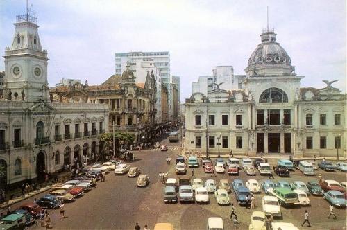 Câmara Municipal (esquerda) e o Palácio Rio Branco.